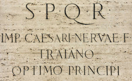"""spqr: pedestal del monumento emperador Trajano en el Foro Imperial con la inscripción en latín: """"SPQR, el emperador César Nerva Trajano, el mejor gobernante"""" Foto de archivo"""