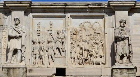 soldati romani: Dettaglio da Arco di Costantino con l'imperatore tra i soldati romani e due statue di barbari