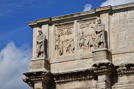 soldati romani: Dettaglio da Arco di Costantino sottotetto con l'imperatore tra i soldati romani e due statue di barbari