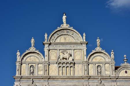 leon con alas: La parte superior del renacimiento Scuola Grande di San Marco fachada monumental en Venecia, San Marcos con el león alado, diseñada por el artista Pietro Lombardo en el siglo 15