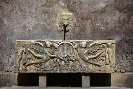 escultura romana: Fontana del Sarcofago (Fuente del sarc�fago), muy cerca del famoso Coliseo de Roma. Un bello ejemplo del arte romano antiguo y la escultura.