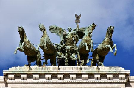 estatua de la justicia: cuadriga de bronce con la diosa de la justicia en la parte superior de Roma antiguo Palacio de Justicia Editorial