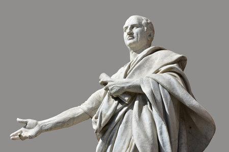 Cicero marmeren beelden in de voorkant van Rome Oude Paleis van Justitie met grijze achtergrond Redactioneel