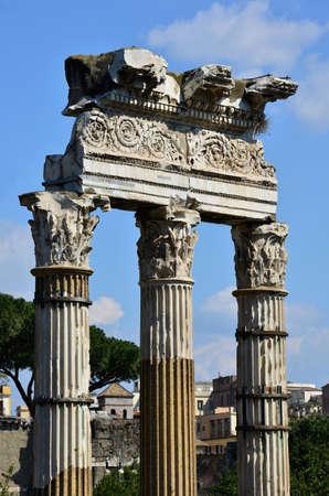 friso: Columna y entablamento friso del templo de Venus Genetrix en el Foro de C�sar, con motivo de las hojas espirales