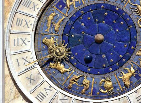 Oude tijd en astrologie. Een detail van Saint Mark's Clocktower in het centrum van Venetië met tekens van de dierenriem en Romeinse cijfers