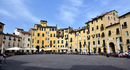 lucca: Piazza dellAnfiteatro, the most famous place in the historic center of Lucca, built over an ancient roman amphitheater, with its restaurants and bars