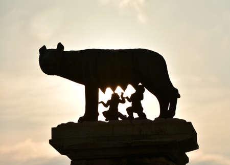 Aube sur Rome, la fondation de la ville. Capitoline statue en bronze de loup avec des jumeaux romains Romulus et Remus silhouette shoot à l'aube sur la colline du Capitole, dans le centre de Rome Banque d'images