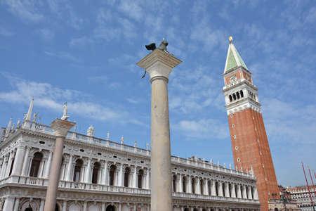 leon con alas: San Marcos Campanile, le�n con alas y antigua biblioteca en el centro hist�rico de Venecia