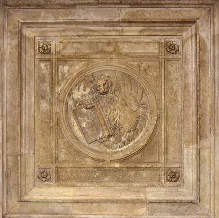 leon con alas: alivio barroca de Venecia león con alas en la galería de la plaza San Marcos de techo, hecha en el siglo 17
