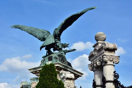 origen animal: El pájaro mitológico de la presa Turul, el símbolo nacional de Hungría. estatua de bronce en la entrada del palacio real de Budapest, realizada por el artista Gyula Donath en 1905 Editorial