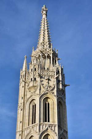 friso: Detalle de la hermosa torre gótica de la iglesia de Matías, en el centro histórico de Budapest Foto de archivo
