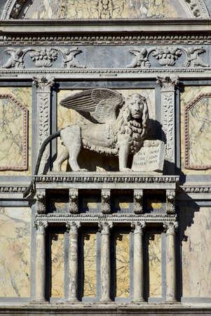 leon con alas: San Marcos alivio alas del león en la fachada del renacimiento en Venecia, diseñado por el artista Pietro Lombardi en el siglo 15 Foto de archivo