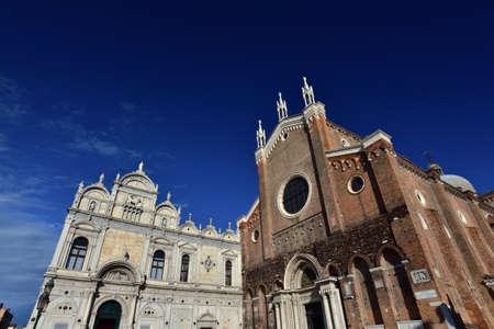 friso: Renacimiento Gran escuela de San Marcos con santos medievales Juan y Pablo Basílica en Venecia Foto de archivo