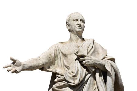 Cicéron, le plus grand ancien orateur romain, statue de marbre devant Rome Ancien Palais de Justice, a fait au 19ème siècle (isolé sur fond blanc) Éditoriale