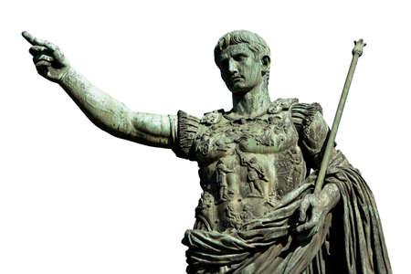 César Augusto, el primer emperador de la Roma antigua. monumental estatua de bronce en el centro de Roma (aislado en fondo blanco) Foto de archivo