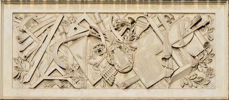 l'allégement de l'éducation des arts libéraux sur le panneau de marbre dans la Place du Peuple à Rome, fait au 19ème siècle Banque d'images