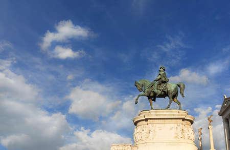 Premier monument équestre en bronze du roi d'Italie avec des nuages ??au sommet de l'autel de la nation à Rome, réalisé par le sculpteur Chiaradia en 1910