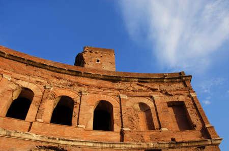 Trajan's Market anciennes ruines d'exedra au Forum impérial de Rome au coucher du soleil