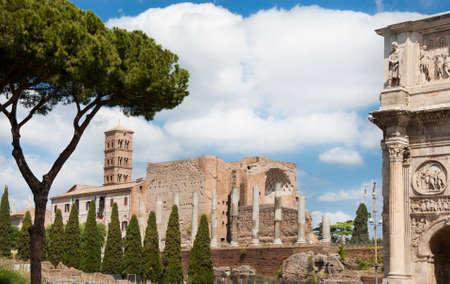 Ruines anciennes du temple de Venus et de Rome dans le centre de Rome