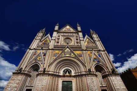 friso: Hermosa catedral gótica de Orvieto en Umbría, Italia, vista desde abajo Foto de archivo