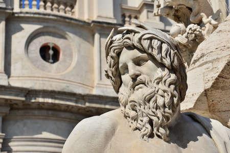Tête de marbre de la statue de dieu de la rivière Ganges de la fontaine baroque de la rivière Quatre dans le centre historique de Rome