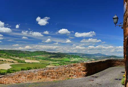 Orvieto anciens murs de la ville médiévale et panorama de la campagne Banque d'images