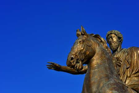 Marcus Aurelius empereur romain statue équestre en bronze au centre de la place Capitol Hill à Rome (avec copie)