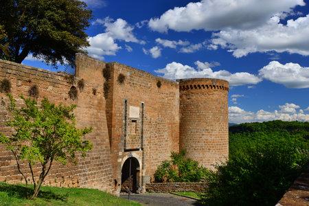 Orvieto anciens murs de la ville médiévale avec porte et panorama de la campagne