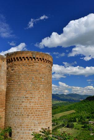 Orvieto anciens murs de la ville médiévale avec tour rond et panorama de la campagne