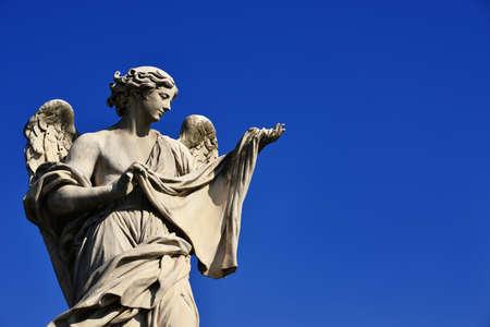Statue d'ange tenant le voile saint sur le pont de Sant'Angelo à Rome (avec ciel bleu et espace de copie)