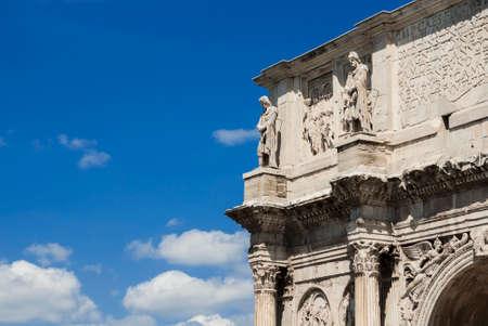 Arc antique de Constantin à Rome (avec ciel bleu et espace copie) Banque d'images