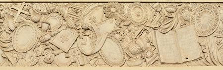 Croix et autres symbs religieux chrétiens d'un relief néoclassique sur la façade de l'église San Pantaelo à Rome, réalisée en 1807 par l'artiste italien Petro Aureli