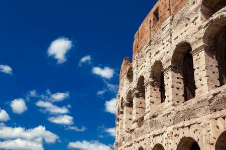 Colisée arcades monumentales avec ciel bleu à Rome