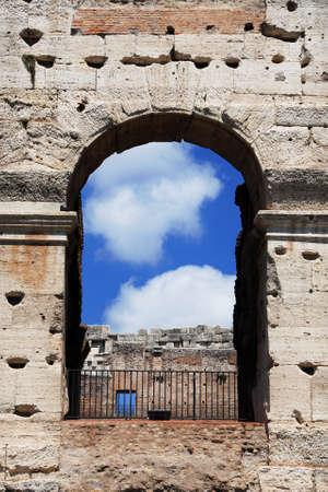 Arche antique du colisée avec le ciel bleu et les nuages Banque d'images