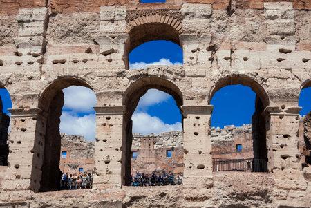 Rome, Italie, le 23 avril 2017: les touristes visitent les arcades monumentales du Colisée à Rome