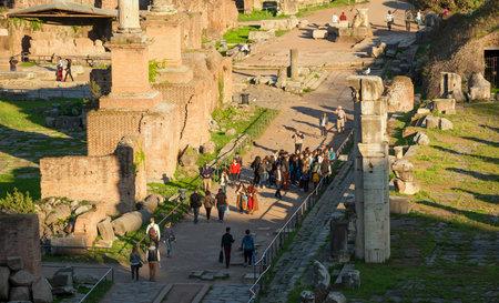 Rome, Italie, 28 mars 2017: les touristes visitent le Forum romain à l'époque romaine au coucher du soleil Éditoriale