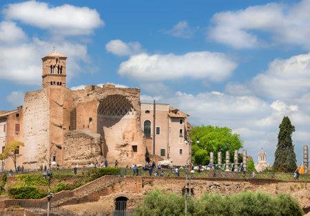 Rome, Italie, le 23 avril 2017: les touristes visitent l'ancien temple de Vénus au centre de Rome