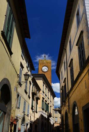 Torre del Moro médiévale (Tour Moro) avec horloge ancienne, l'un des monuments d'Orvieto vu du centre-ville rue étroite