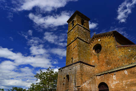 Chiesa di San Giovenale médiévale avec des nuages, l'une des plus anciennes églises du centre historique d'Orvieto en Ombrie, en Italie Banque d'images