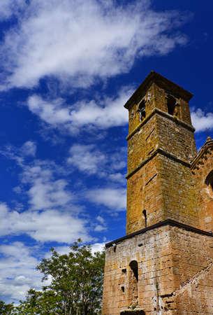 Chandelier médiéval de San Giovenale avec des nuages, l'une des plus anciennes églises du centre historique d'Orvieto en Ombrie, en Italie