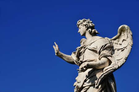 Statue d'ange tenant les ongles de Jésus Croix sur le pont de Sant'Angelo à Rome (avec ciel bleu et copie d'espace)