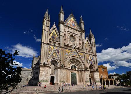 Orvieto, Italie, 3 mai 2017: la cathédrale d'Orvieto, dans le centre-ville historique, un bel exemple d'art gothique italien et d'architecture