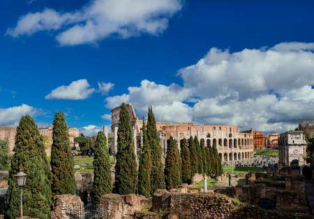 Ruines du Colisée avec l'Arc de Constantin vu de la colline du Palatin