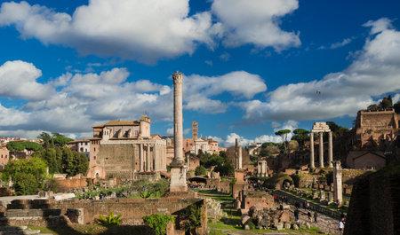 Rome, Italie, 5 mars 2017: les touristes visitent les anciennes ruines romaines et la colline du Palatin, dans le centre historique de Rome