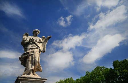 Statue d'ange tenant le voile sacré de Jésus-Christ avec des nuages ??sur le pont de Sant'Angelo au centre de Rome Banque d'images