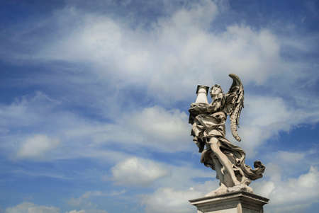 Statue d'ange tenant la sainte colonne avec le ciel céleste sur le pont de Sant'Angelo au centre de Rome Banque d'images