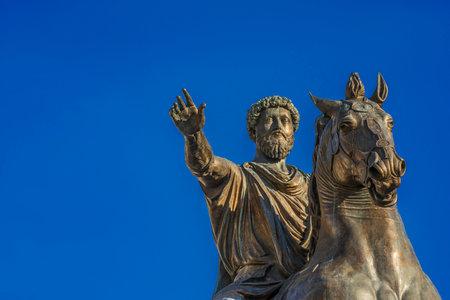 Statue équestre antique de l'empereur Marcus Aurelius, une réplique en bronze au centre de la Place Capitl Hill à Rome (avec copie)