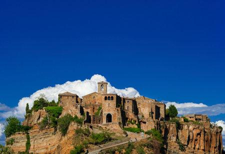 """Civita di Bagnoregio """"le centre historique médiéval qui mourra"""" près de Rome Éditoriale"""