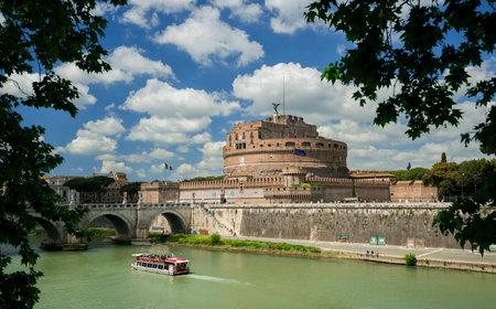 Rome, Italie, 24 avril 2017: Castel Sant'Angelo (Château de Rome du Saint-Ange), un monument historique très célèbre avec la rivière Tiber