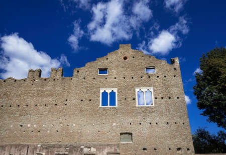 Ruines médiévales du château de Caetani avec des fenêtres gothiques le long de la vieille voie appienne à Rome Banque d'images